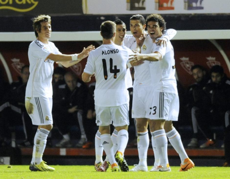Los jugadores del Real Madrid felicitan a Cristiano Ronaldo, quien consiguió el 1-0 en el minuto 21
