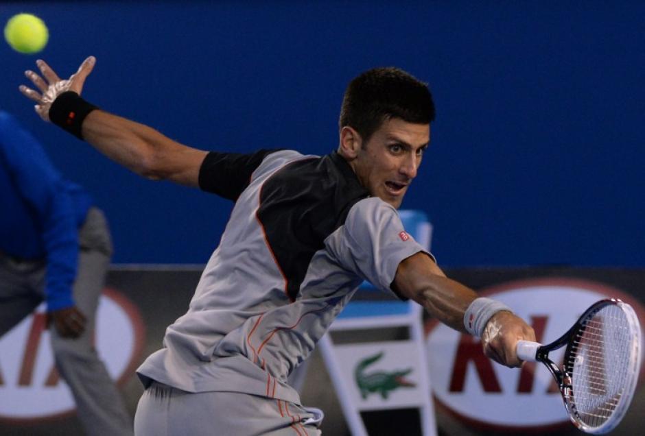 El serbio Novak Djokovic juega un tiro durante partido de individuales de sus hombres contra el suizo Stanislas Wawrinka. Novak es el primer juego que pierde contra Wawrinka. AFP/MAL FAIRCLOUGH