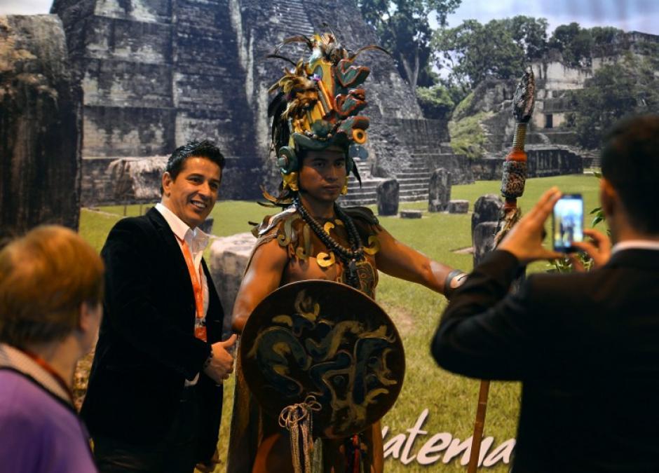 Uno de los visitantes a la Fitur, se toma una fotografía en el stand de Guatemala. Foto AFP