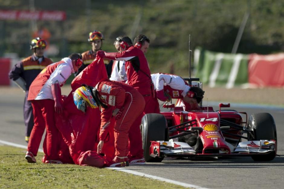 El piloto español Fernando Alonso sufrió un contratiempo durante los entrenamientos en el Circuito de Jerez, ya que su Ferrari se detuvo durante una de las vueltas
