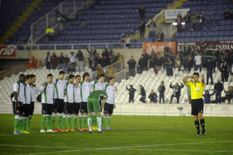Los jugadores del Racing de Santander no se movieron del centro del campo y fueron aplaudidos por su afición