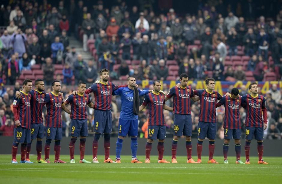Al inicio del partido, se hizo un minuto de silencio a la memoria del extécnico barcelonés Luis Aragonés. Foto AFP