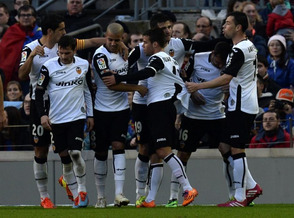 El Valencia celebra la tercera anotación contra el Barcelona. Foto AFP