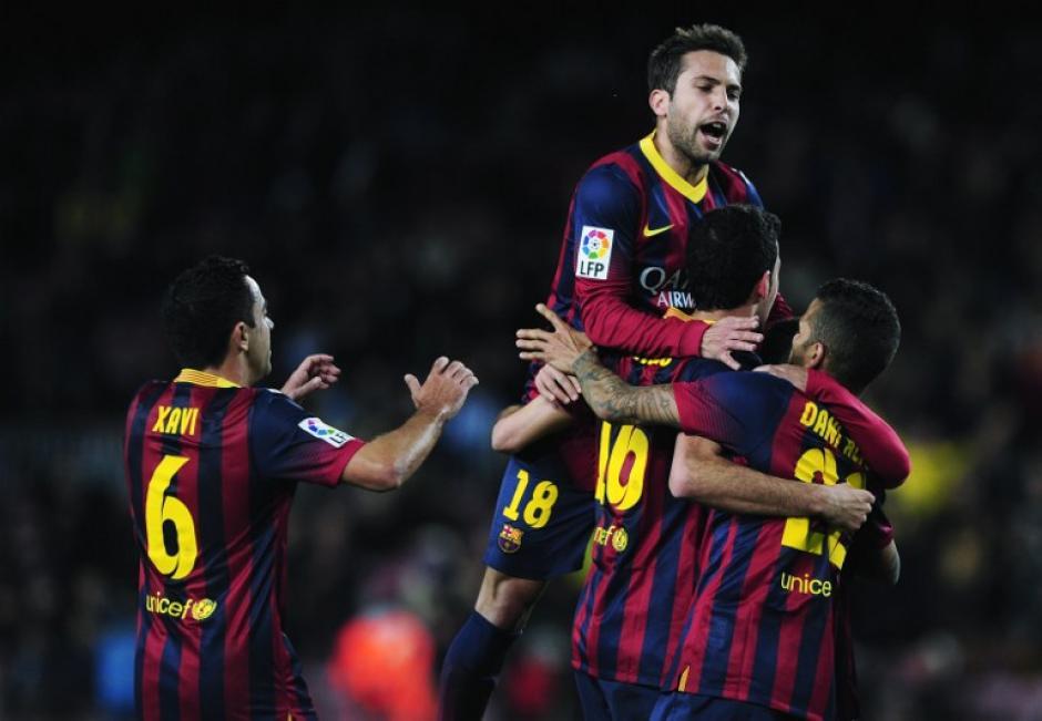 Busquets es felicitado por sus compañeros de equipo tras poner el 1-0 parcial para el Barcelona