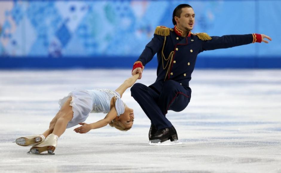 Maxim Trankov y Tatiana Volosozhar de Rusia, durante su presentación en el Iceber Skating Palace. (Foto: Adrian Dennis/AFP)