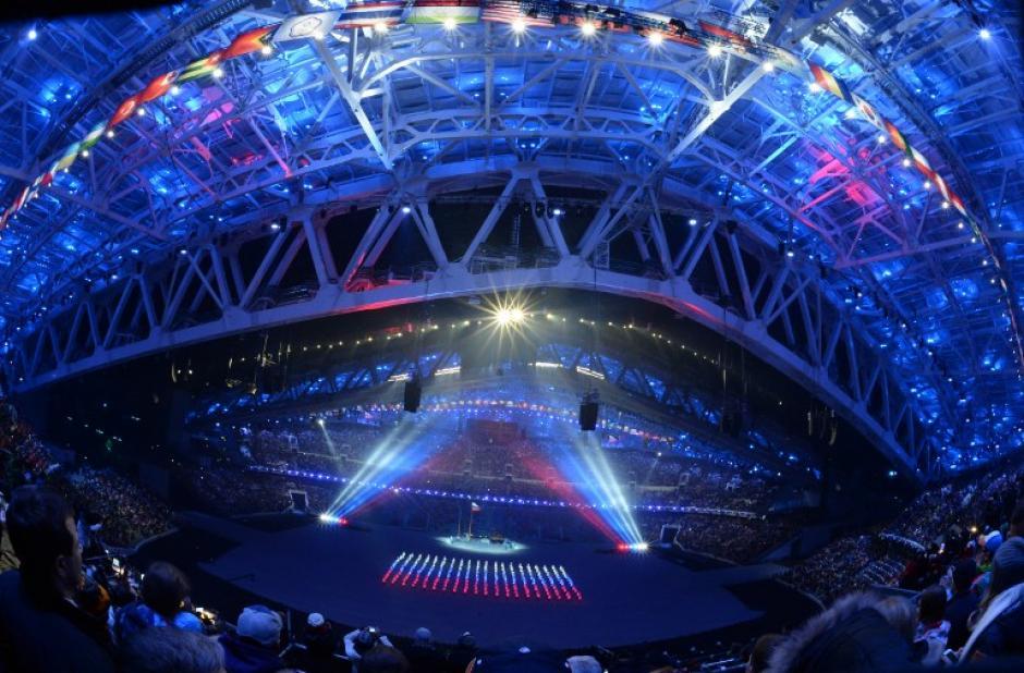 Personas representaron a la bandera rusa durante la inauguración de los Juegos Olímpicos de Invierno en el estadio olímpico Fisht, en Sochi, Rusia. (Foto: Adrian Dennis/AFP)