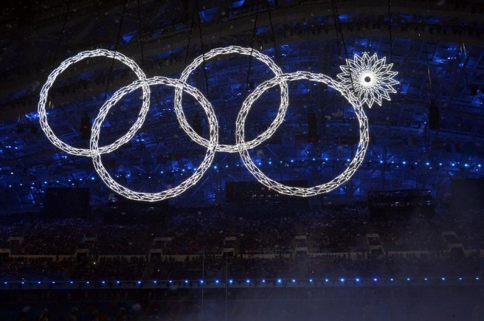 El espectáculo de inauguración inició con un show de luces defectuoso, pues un aro no encendió como debía. (Foto: Alberto Pizzoli/AFP)