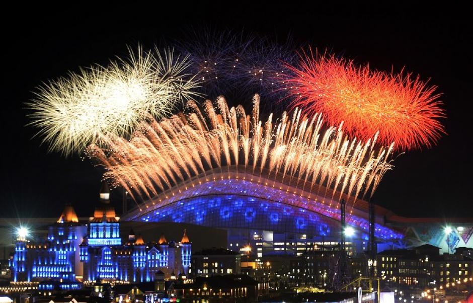 Una serie de fuegos pirotécnicos dio inicio a la inauguración de las justas deportivas en el estadio olímpico Fisht. (Foto: Alexander Nemenov/AFP)