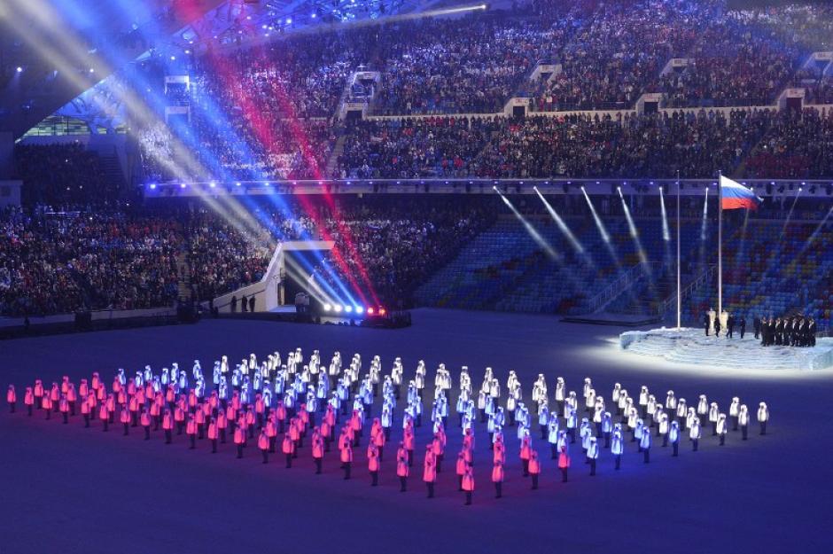 Un espectáculo de luces simulando la bandera rusa fue parte de la ceremonia en Sochi