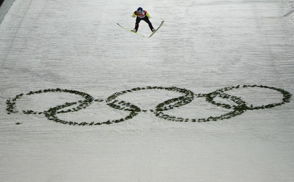 El alemán Severin Freund, durante la competencia de saltos de esquí. (Foto: John MacDougall/AFP)