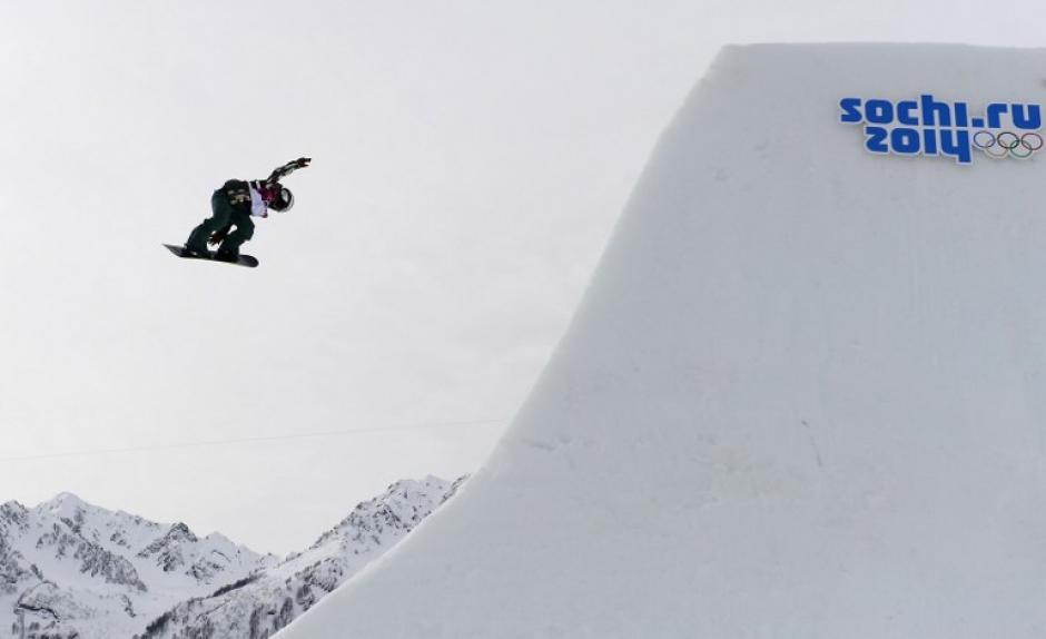 Sarka Pancochova, de la República Checa, compite durante el evento de Snowboard Slopestyle. (Foto: Javier Soriano/AFP)