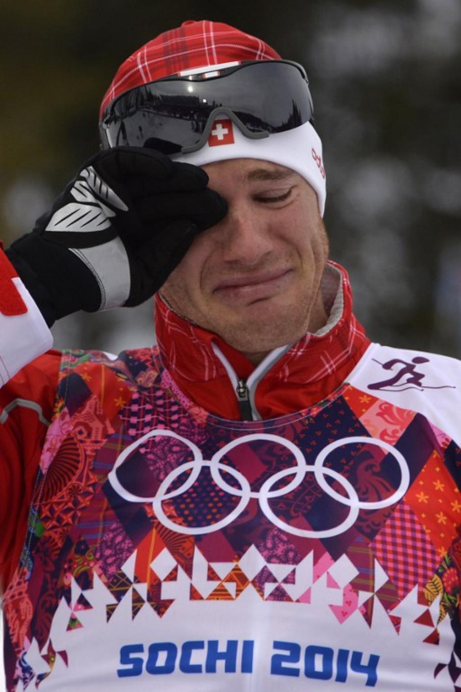 El suizo Dario COlogna derrama lágrimas tras ganar el oro en la competencia de esquí cross-country