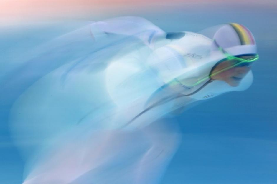 Jelena Peeters de Bélgica participa en la competencia de patinaje de velocidad de 3,000 metros