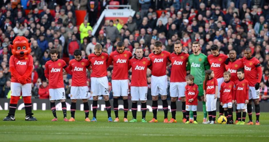Los jugadores del Manchester United rindieron un minuto de silencio a la memoria de las víctimas del desastre aéreo en Munich, donde murieron 11 integrantes del club el 6 de febrero de 1958