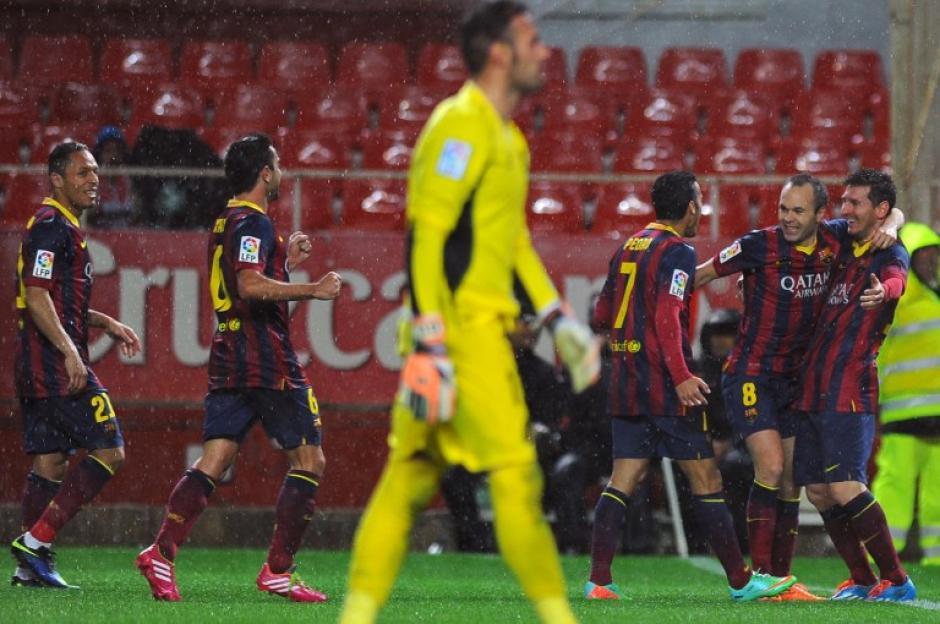 Cesc Fábregas cerró el marcador al minuto 88, poniendo el definitivo 4-1 a favor del Barcelona, que retomó el liderato. (Foto: Jorge Guerrero/AFP)
