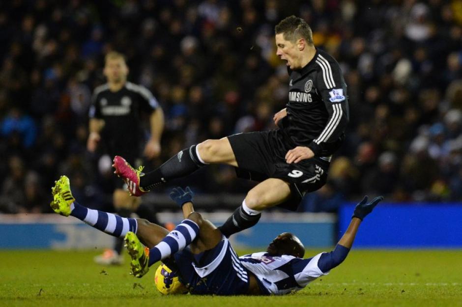Fernando Torres en una jugada del encuentro entre el West Bromwich Albion y el Chelsea, que terminó en un empate que deja el liderato de la Premier League a merced de los resultados del Arsenal y el Manchester City