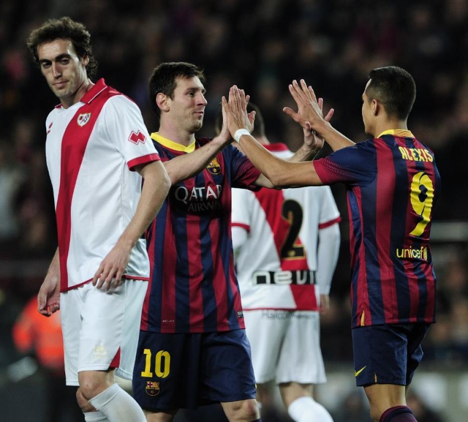 Messi anotó dos goles durante el juego y fue felicitado por su compañero Alexis Sanchez.