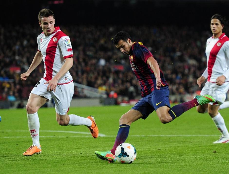El medio campo del Rayo Vallecano, Saúl Niguez, intenta quitar la pelota a Pedro Rodríguez del Barcelona.