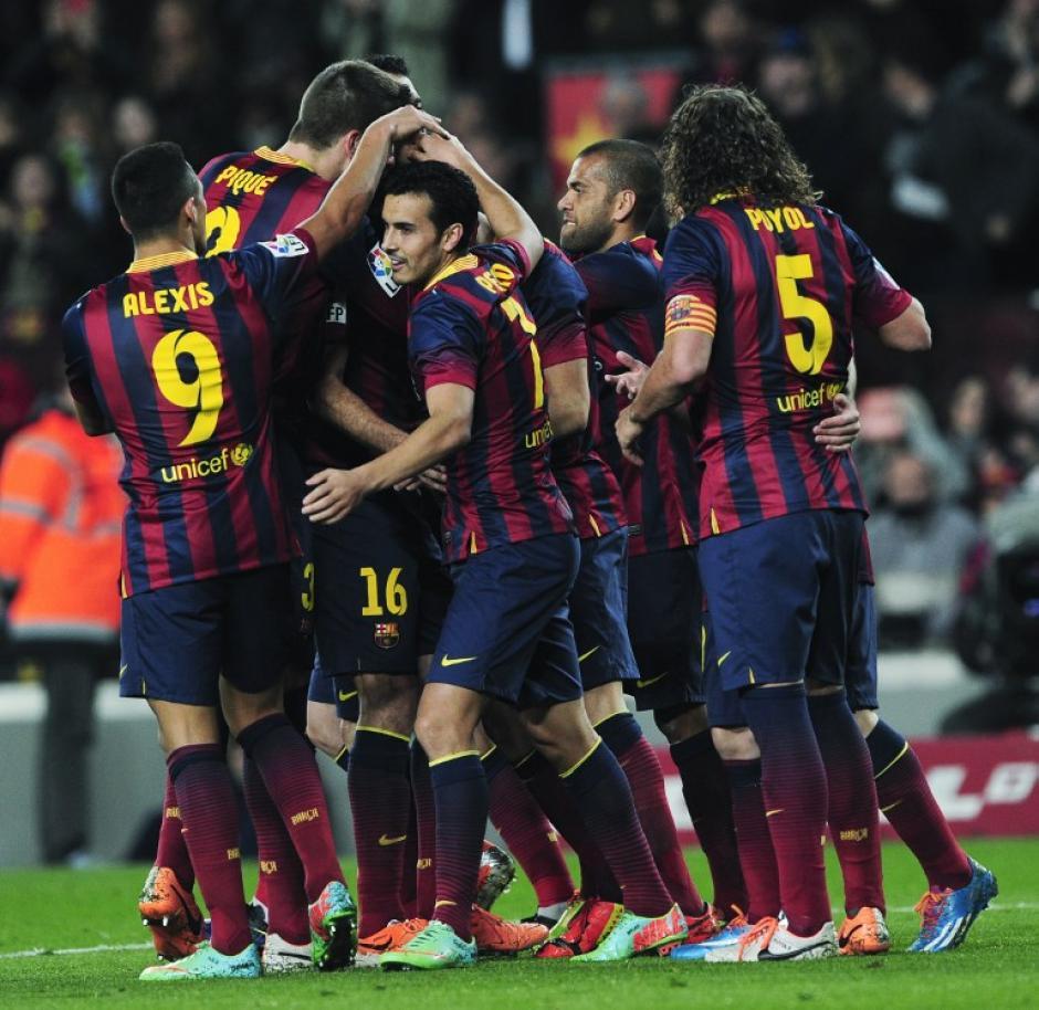 Pedro Rodríguez es felicitado por sus compañeros cuando anotó un gol en el minuto 56' del juego ante el Rayo Vallecano.