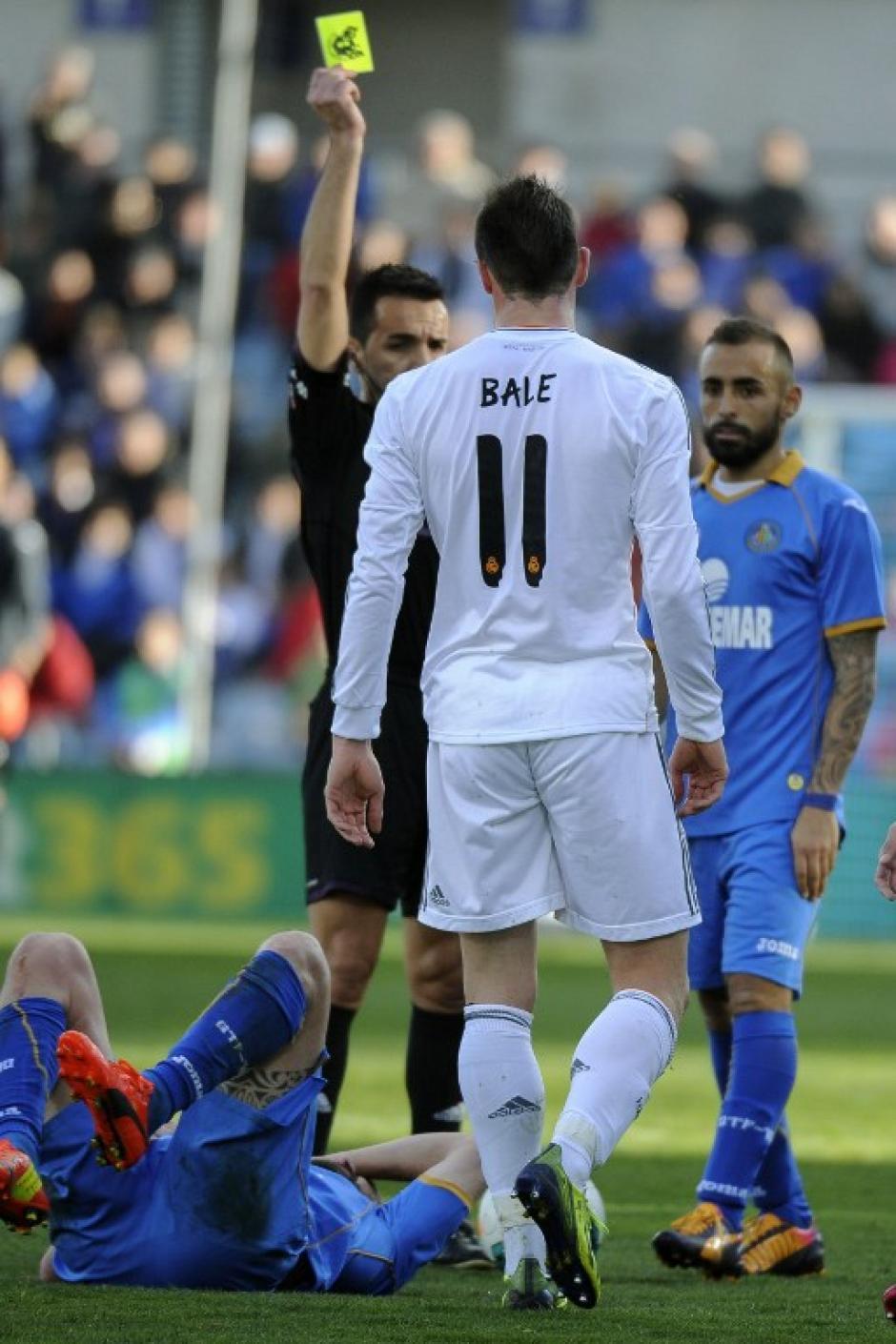 Gareth Bale recibe tarjeta amarilla del árbitro. Foto AFP