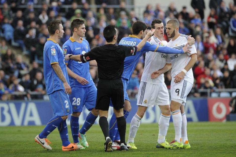 Benzema y Bale enfrentan al árbitro durante el encuentro con el Getafe.Foto AFP