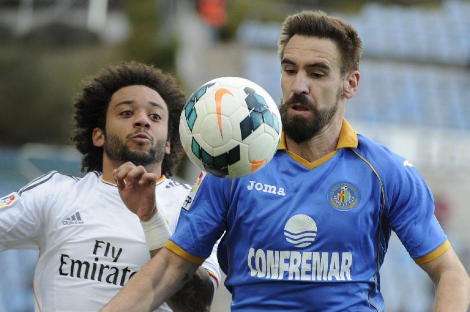 Marcelo del Real Madrid con el mediocampista del Getafe Borja Fernández. Foto AFP
