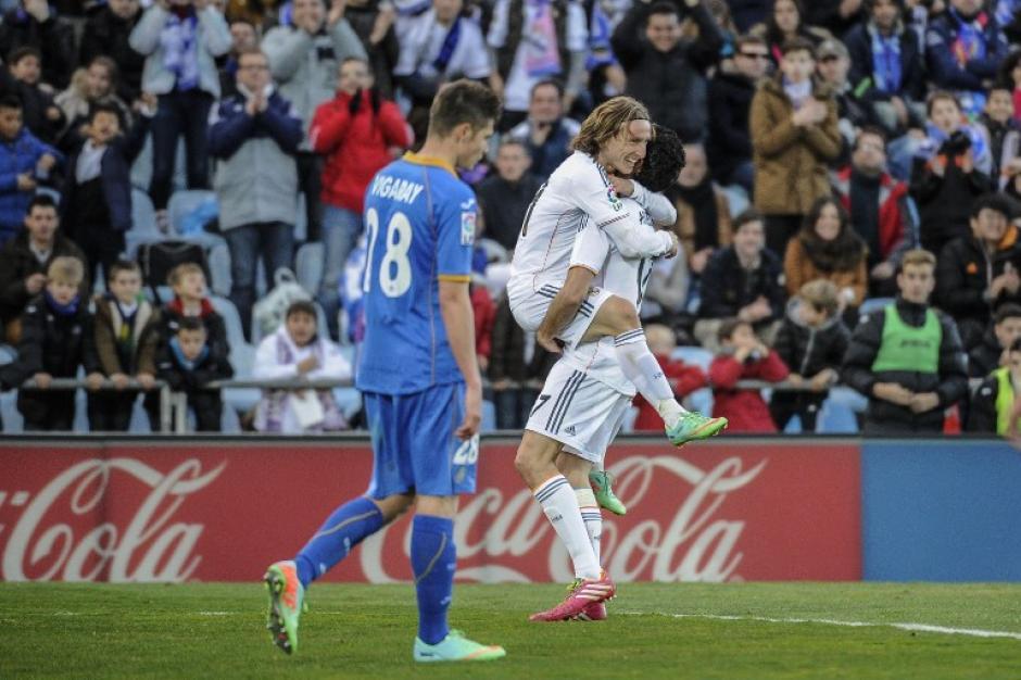 El mediocampista croata Luka Modric y el defensor Alvaro Arbeola celebran el tercer gol del Real Madrid, sobre el Getafe.Foto AFP