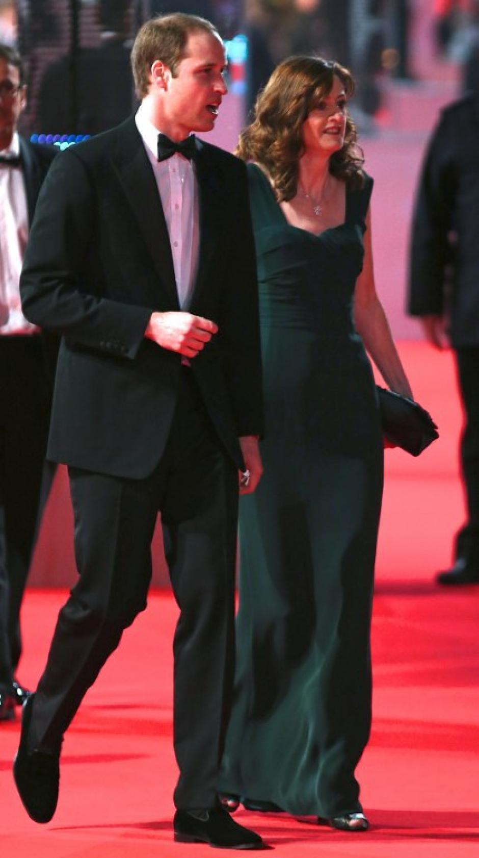 El Príncipe William llega al Royal Opera House, en donde se llevó a cabo la gala de los Bafta. Foto AFP