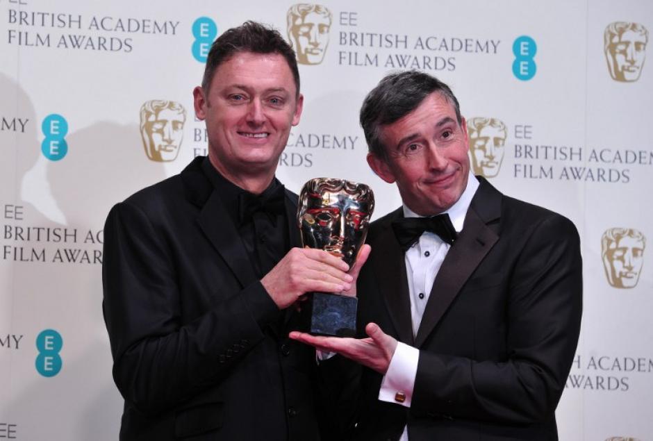 """El escritor, productor y actorbritánicoSteve Coogan (D) y el escritor Jeff Pope (I) posan con sus premios otorgados en la categoría de """"mejor adaptación de guión"""" por la película Filomena. Foto AFP"""