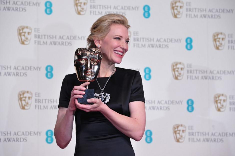 """La actriz Cate Blanchett posa con su premio """"Bafta"""" en la categoría mejor actriz en la película """"Blue Jasmine"""". Foto AFP"""