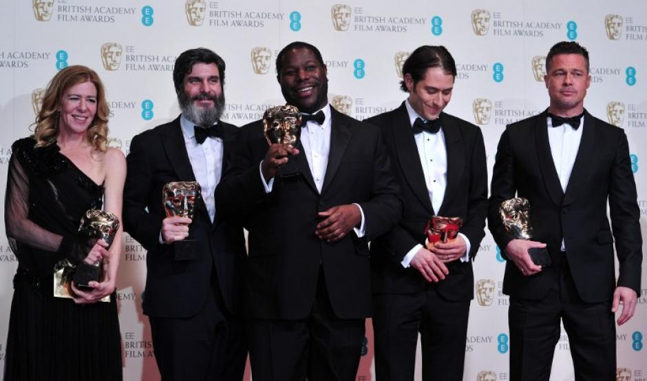 """""""12 años de esclavitud"""" fue premiada como la película del año. En la foto Dede Gardner, Jeremy Kleiner, Steve McQueen, Anthony Katagas y el actor Brad Pitt. Foto AFP"""
