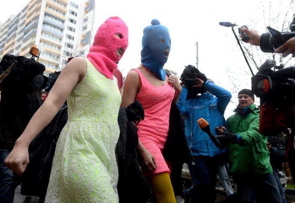 Las dos integrantes del grupo de Punk ruso portaron máscaras al momento de su detención