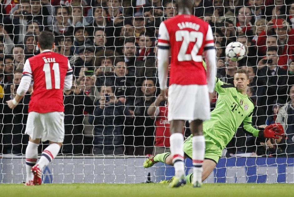 Özil desperdició un penal al minuto 8 de juego, Neuer estuvo ahí para despejar el balón