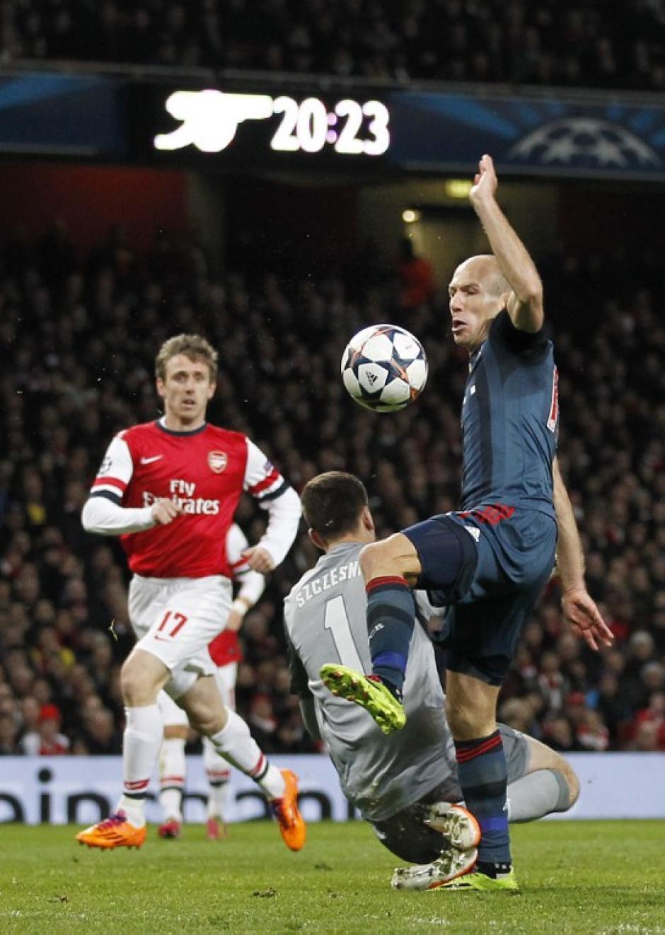Robben y el guardameta del Arsenal en la jugada que originó el penal para los del Bayern y la expulsión de Szczesny
