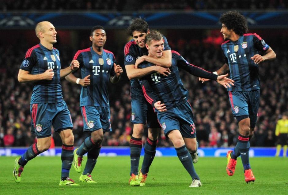 Los dirigidos por Pep Guardiola festejan luego del golazo de Kroos que les dió el 1-0 en el terreno del Arsenal