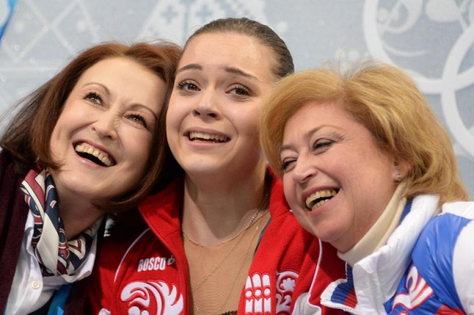 Adelina Sotnikova visiblemente emocionada junto a sus entrenadoras