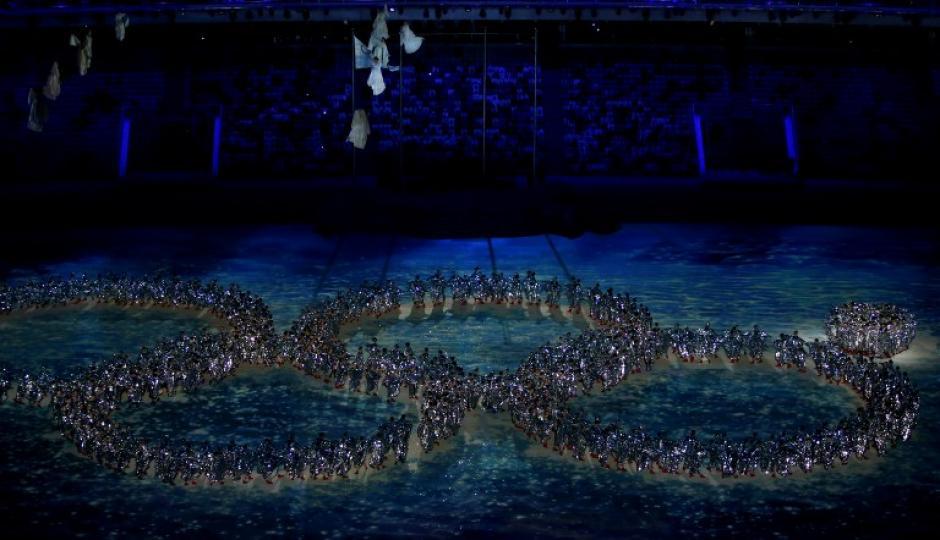 Los artistas recrean la falla en el anillo ocurrida en la ceremonia de apertura durante la clausura de los Juegos Olímpicos de Invierno de Sochi en el Estadio Olímpico Fisht.(Foto: AFP / Adrian Dennis)
