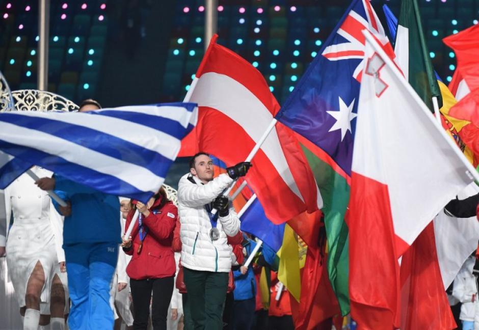 Portador de la bandera de Australia, el esquiador freestyle David Morris, durante la ceremonia de clausura de los Juegos Olímpicos de Invierno de Sochi en el Estadio Olímpico Fisht. (AFP / Damien Meyer)