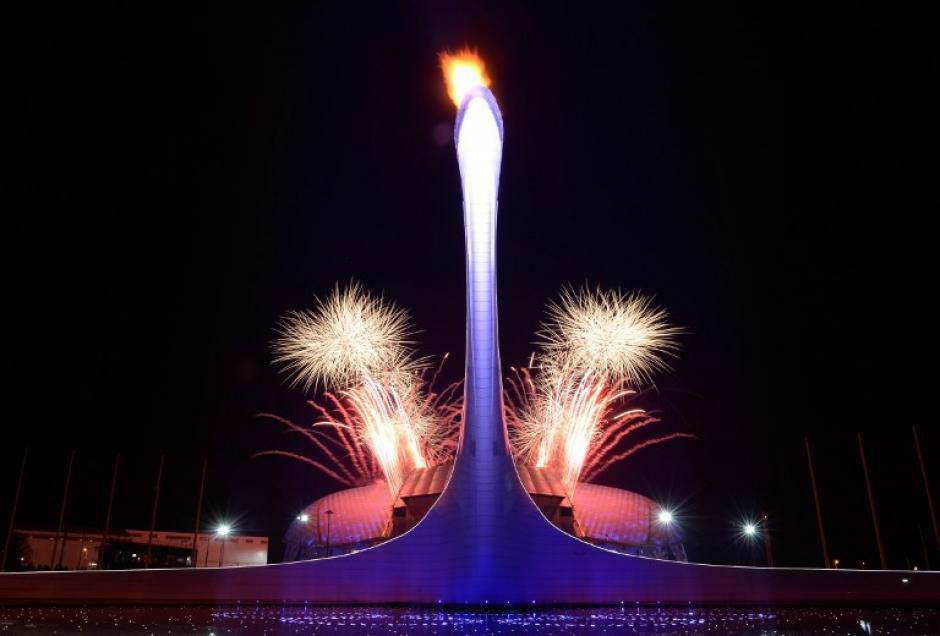 Fuegos artificiales marcan el inicio de la ceremonia de clausura de los Juegos Olímpicos de Invierno en Sochi el 23 de febrero de 2014.(Foto: AFP/ YURI KADOBNOV)