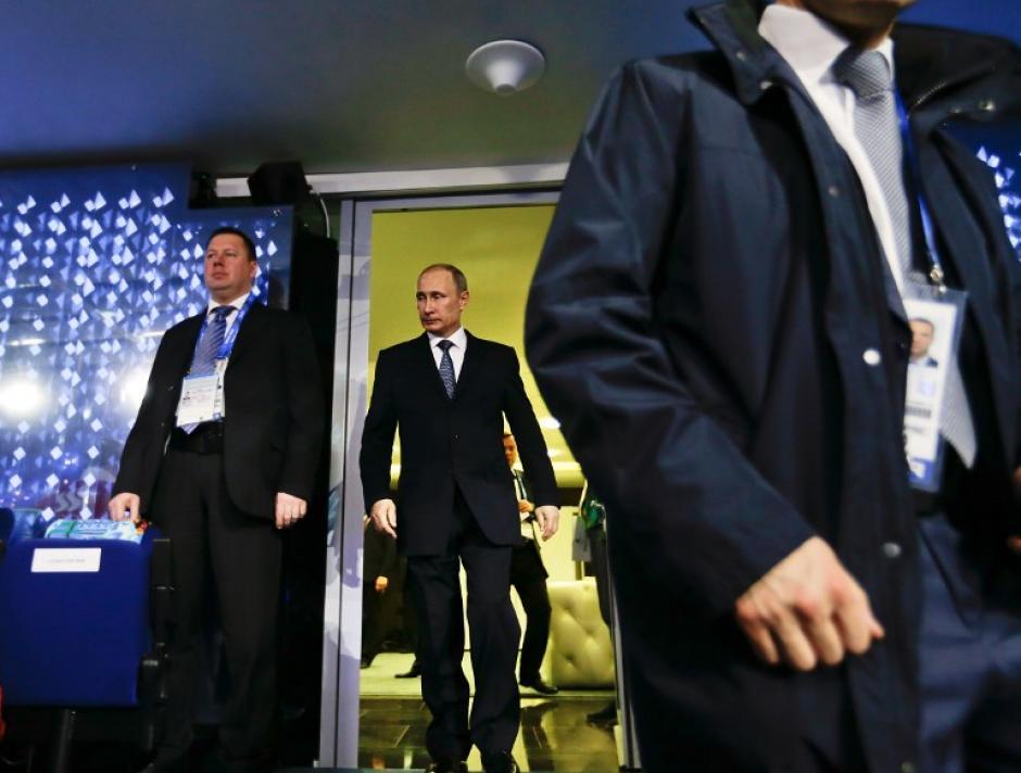El presidente ruso, Vladimir Putin sale desde el salón presidencial para tomar su asiento como se introdujo durante la ceremonia de clausura de los Juegos Olímpicos de Invierno de Sochi en el Estadio Olímpico Fisht. (Foto: AFP /Pool/David Goldman)