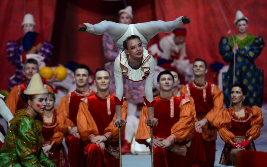 Los artistas de circo toman parte en la ceremonia de clausura de los Juegos Olímpicos de Invierno de Sochi en el Estadio Olímpico Fisht. (Foto: AFP/Peter Parks)