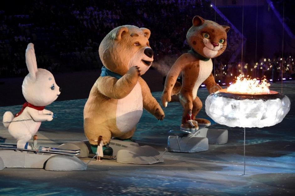 Mascotas polares de pie delante de un pequeño caldero, se preparan para extinguirlo durante la ceremonia de clausura de los Juegos Olímpicos de Invierno de Sochi en el Estadio Olímpico Fisht el 23 de febrero de 2014. (Foto: AFP/ Andrej Isakovic)