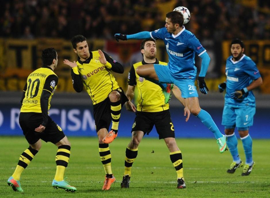 Una de las jugadas del encuentro entre Zenit y Borussia Dortmund celebrado en el Stadion Petrovski. (Foto: AFP)