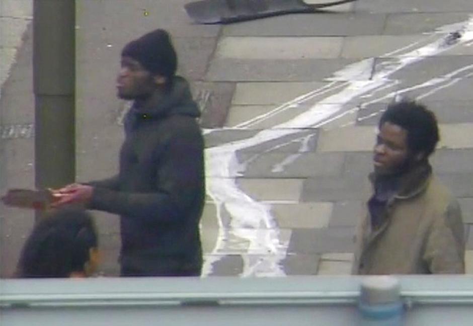 La imagen capta el momento en que los dos individuos atacaron al soldado inglés, a quien bajaron de su automóvil y lo degollaron en plena vía pública. (Foto: AFP)