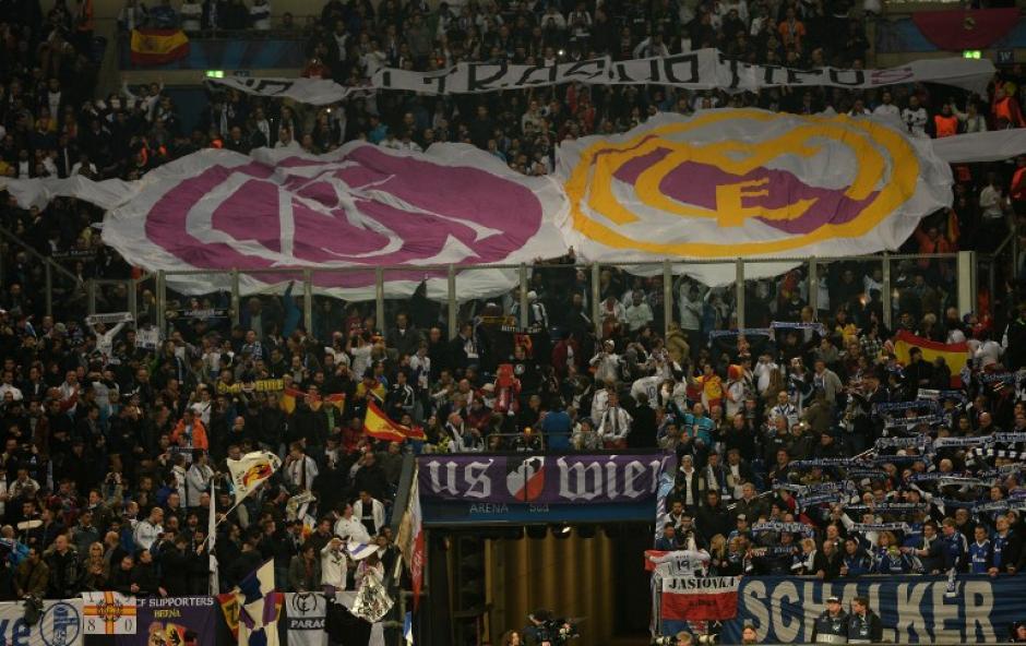"""El Veltins-Arena estaba lleno a reventar por dos aficiones que comparten el agradecimiento a Raúl González, el mítico """"7"""" que formó parte de las filas de ambos equipos. (Foto: AFP)"""