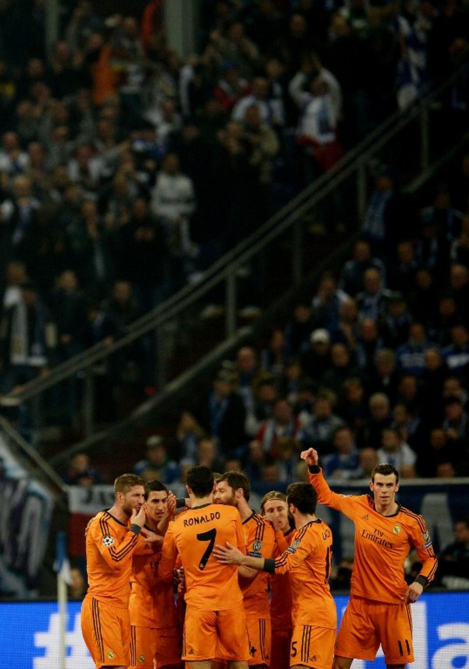 Los madridistas celebran luego de la apertura del marcador por parte del francés Benzema