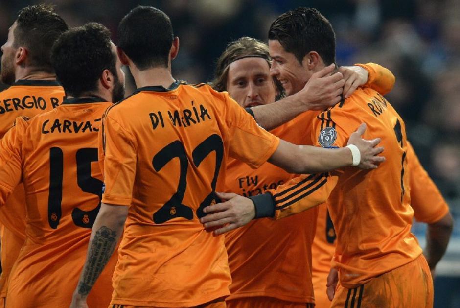 Los jugadores del Madrid felicitan a Cristiano Ronaldo, quien anotó el 3-0 al minuto 51 y el 6-0 al minuto 89. (Foto: AFP)