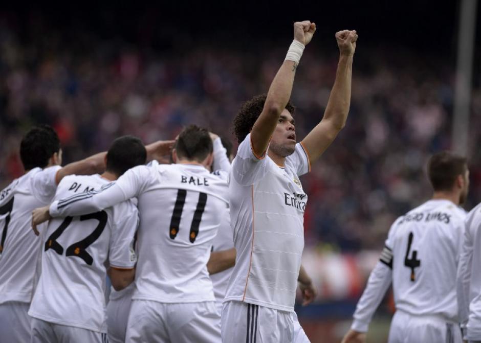 Pepe, defensa del Real Madrid, celebra el gol de Karim Benzema en el minuto 2 del partido. (Foto: AFP)