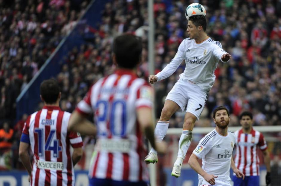 Cristiano Ronaldo salta para dirigir la pelota con la cabeza en el partido contra el Atlético de Madrid. (Foto: AFP)