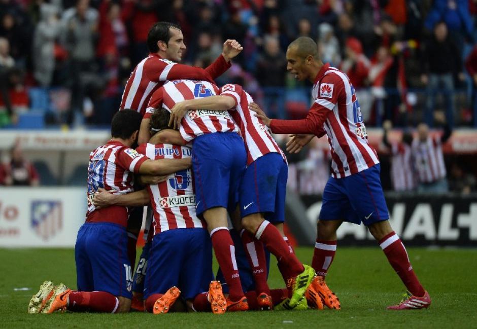 El Atlético de Madrid celebra el segundo gol con el que remontan el marcador. Fue anotado por Gabi en el minuto 46 del primer tiempo. (Foto: AFP)